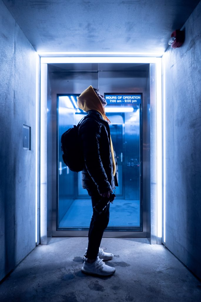homme dans ascenseur