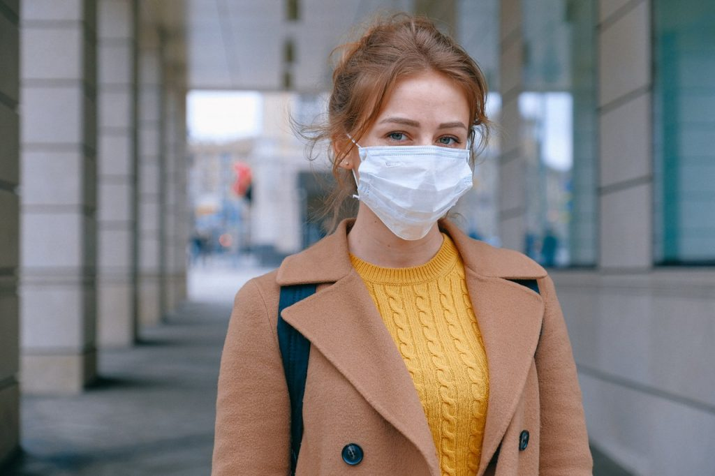 femme avec masque